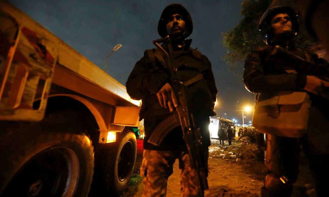 Policiais em Gizé, após uma bomba explodir na sexta-feira Foto: Amr Abdallah Dalsh / Reuters