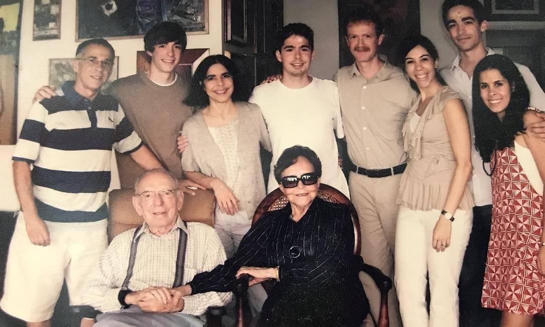 Elisa, sentada ao lado do segundo marido, o também físico Jayme Tiomno, junto de parte da família Foto: Arquivo pessoal