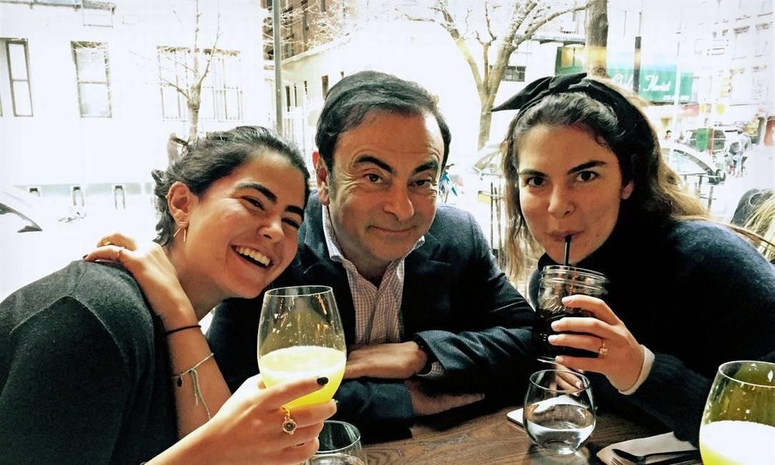 Carlos Ghosn com suas filhas Nadine, à esquerda, e Caroline Foto: Arquivo pessoal