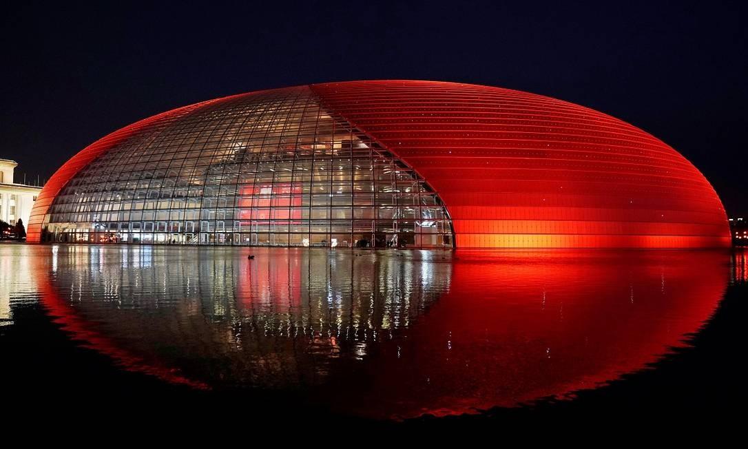 Luzes são acessas para celebrações do ano Novo no Grande Teatro Nacional, casa de ópera e teatro em Pequim, na China Foto: JASON LEE / REUTERS