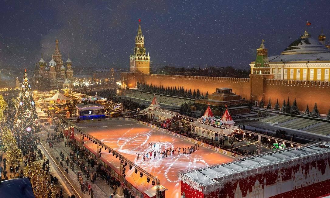 A Praça Vermelha, em Moscou, fica ainda mais imponente decorada para as Festas de Fim de Ano. A visão é do telhado da loja de departamentos GUM Foto: ALEXANDER ZEMLIANICHENKO / AFP
