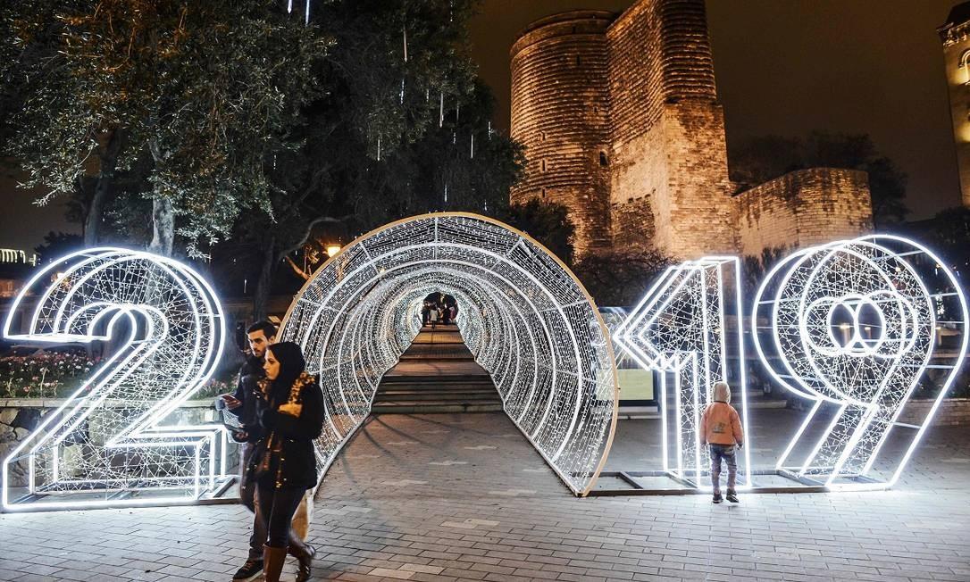 O túnel de luzes de Baku, capital do Azerbaijão, celebra a chegada de 2019. A instalação está posicionada na área histórica e central da cidade, em frente à Torre da Donzela, erguida pelos persas no século XII Foto: TOFIK BABAYEV / AFP