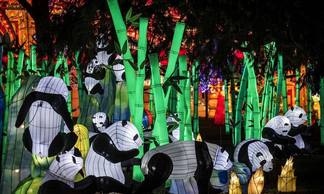 Pandas na França? Não, são apenas lanternas gigantes que celebram a chegada de 2019 no festival anual que colore as noites no Parque Foucaud, em Gaillac Foto: ERIC CABANIS / AFP
