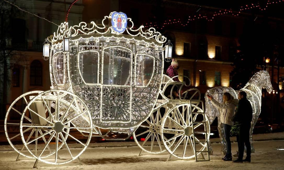 """Bem no estilo """"Cinderela"""", uma carruagem toda iluminada faz parte da decoração de Ano Novo de Minsk, capital da Bielorrússia Foto: VASILY FEDOSENKO / REUTERS"""