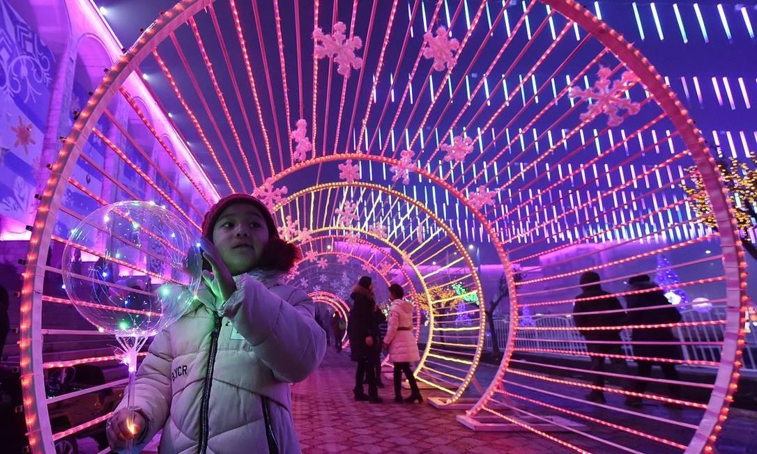 Mais um túnel iluminado em mais uma ex-república soviética. Este, no caso, fica em Bishkek, no Quirguistão Foto: VYACHESLAV OSELEDKO / AFP