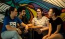 Colegas de faculdade, Gabriela Goulart, Arthur Paixão Moraes, Aline Oliveira e Tatiana Queiroz procuram empresas em que possam confiar Foto: Brenno Carvalho / Agência O Globo