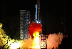 O foguete modelo Longa Marcha-3B parte da base de Xichang levando a sonda chinesa Chang'e 4: caso pouso seja bem-sucedido, será a primeira vez que equipamento humano é colocado na superfície do lado afastado da Lua Foto: REUTERS