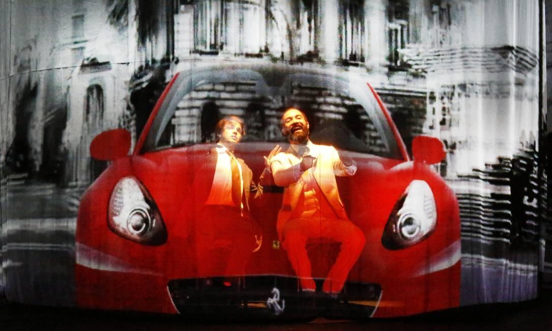Silvio Guindane e Eduardo Melo numa das cenas que marcam 'Perfume de mulher': cego, Fausto dirige uma Ferrari Foto: Marcos Ramos / Agência O Globo