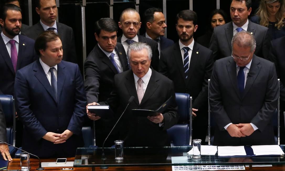 Ao lado de Rodrigo Maia e Renan Calheiros, Temer faz o juramento antes de tomar posse 31/08/2016 Foto: Ailton de Freitas / Agência O Globo