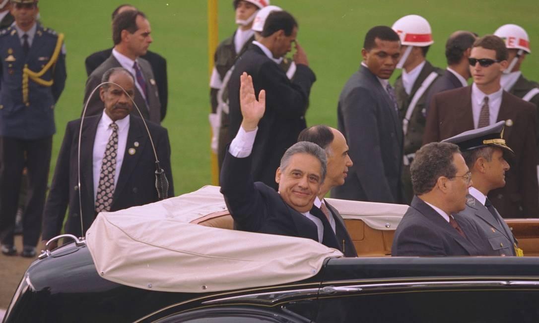 Fernando Henrique também desfilou de Rolls-Royce, como determina o protocolo 01/01/1995 Foto: Ailton de Freitas/ Agência O GLOBO