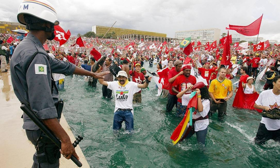 Populares comemoraram a posse de Lula na Presidência no espelho d'água do Congresso 01/01/2003 Foto: Vanderlei Almeida/ AFP