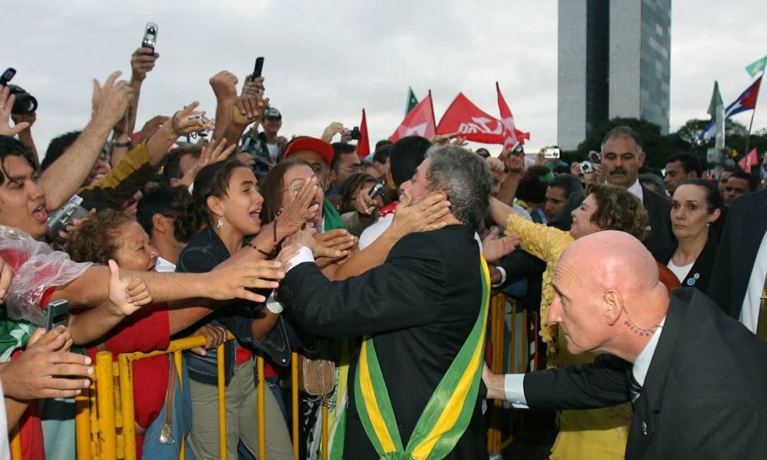 E depois foi próximo às grades e cumprimentou mais eleitores 01/01/07 Foto: Antônio Lacerda/ EFE
