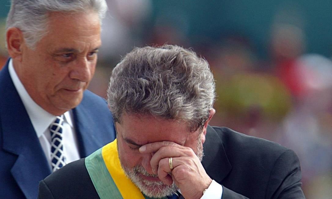 EMOÇÃO - Lula chegou a chorar após receber a faixa de presidente do Fernando Henrique Foto: Mauricio Lima/ AFP