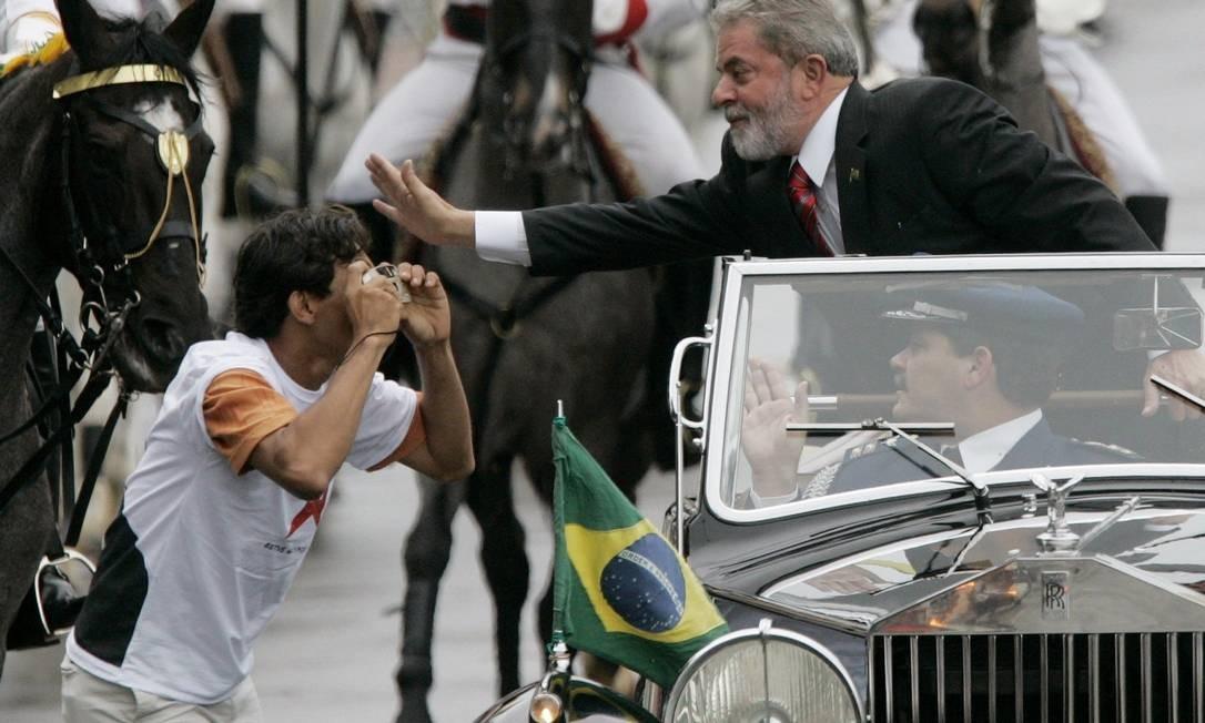 Em 2007, na posse do segundo mandato, Lula cumprimentou um popular que invadiu área reservada para tirar uma foto do presidente Foto: Sergio Moraes/ REUTERS