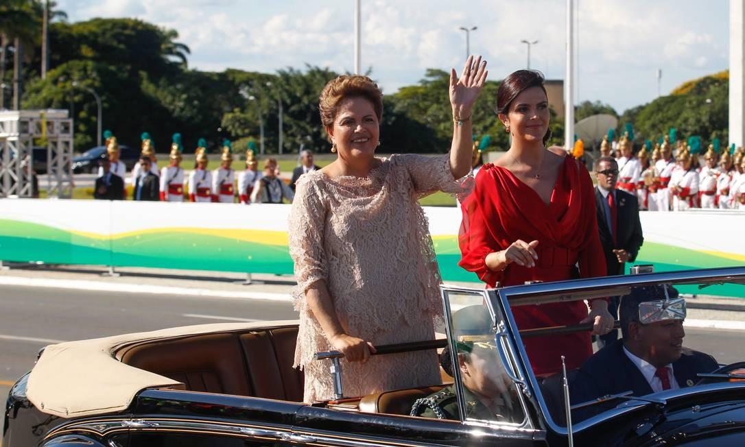 Em 2015, após ser reeleita, Dilma desfilou de carro aberto com a filha Paula 01/01/2015 Foto: André Coelho / André Coelho/ Agencia O Globo
