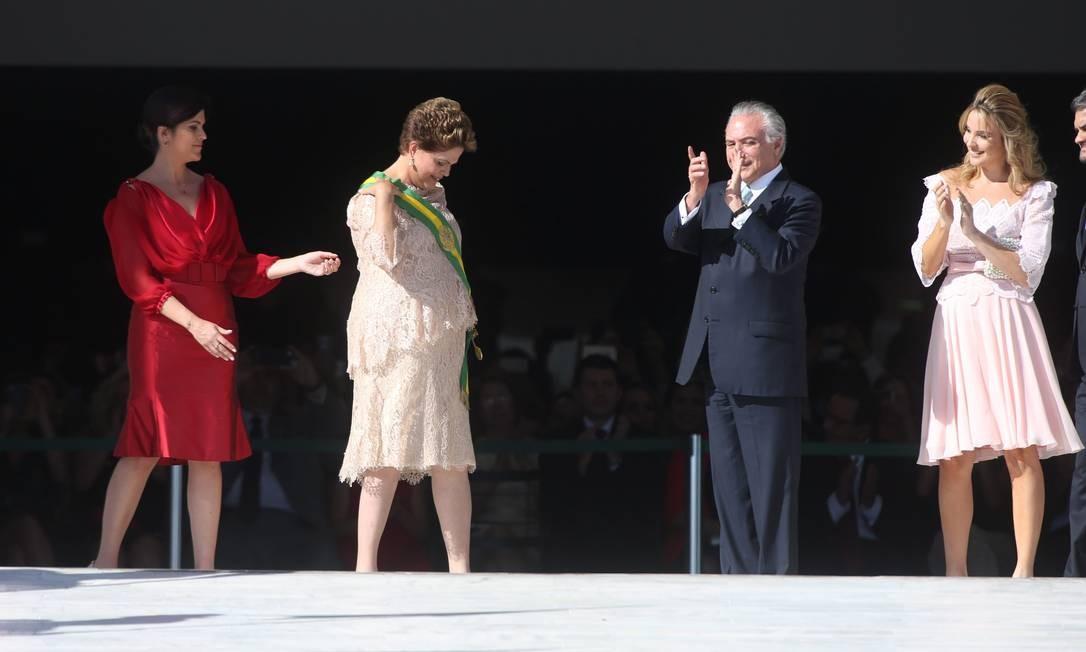 Dilma recebeu a faixa presidencial pela segunda vez, ao lado de Michel Temer 01/01/2015 Foto: André Coelho / Agência O Globo