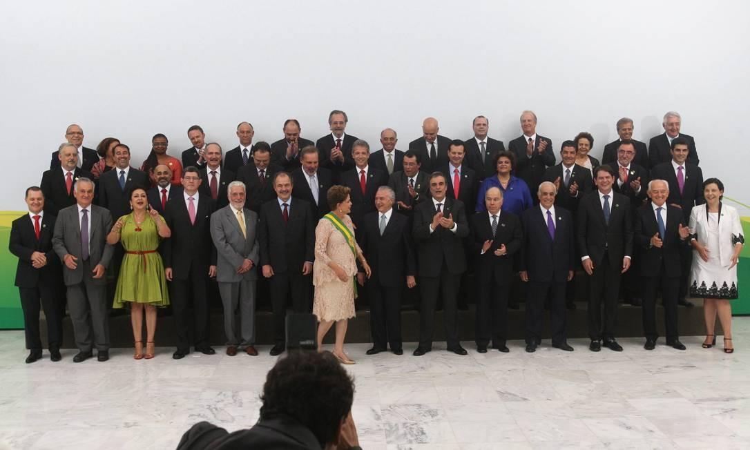 No Palácio do Planalto, Dilma posou para a tradicional foto com os ministros 01/01/2015 Foto: Jorge William/Agência O Globo