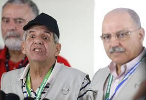 O general Augusto Heleno, futuro ministro da Secretaria de Segurança Institucional,e o general Sérgio Etchegoyen, atual ministro Foto: Jorge William / Agência O Globo