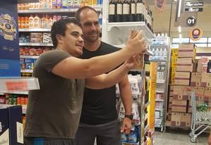 Eduardo Bolsonaro faz compras em supermercado de Brasília às vésperas da posse do pai Foto: Reprodução