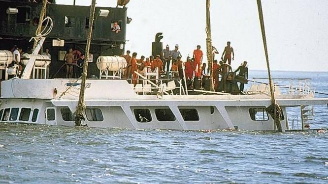 Bateau Mouche sendo içado: 142 passageiros estavam a bordo Foto: Manoel Soares / Agência O GLOBO