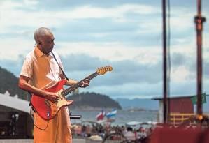 Gilberto Gil testa o som no palco montado na praia de Copacabana Foto: Brenno Carvalho / Agência O GLOBO