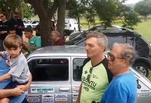 Renato Bolsonaro, um os irmãos do presidente eleito, conversou com simpatizantes na Granja do Torto Foto: André de Souza