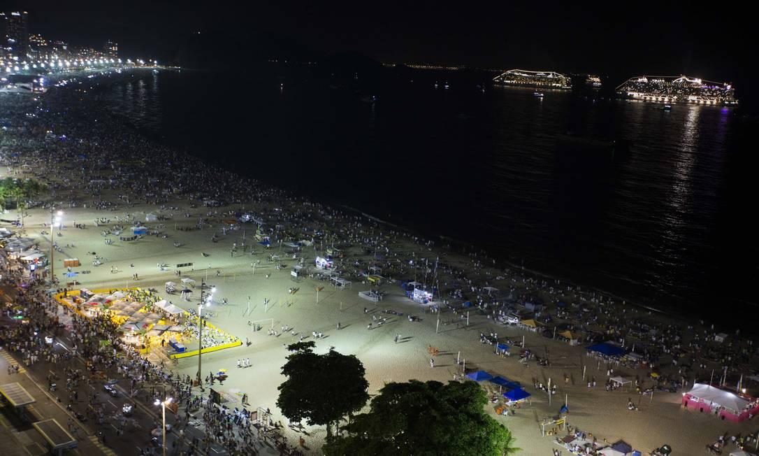 Copacabana se prepara para a virada do ano Foto: Guito Moreto / Agência O Globo
