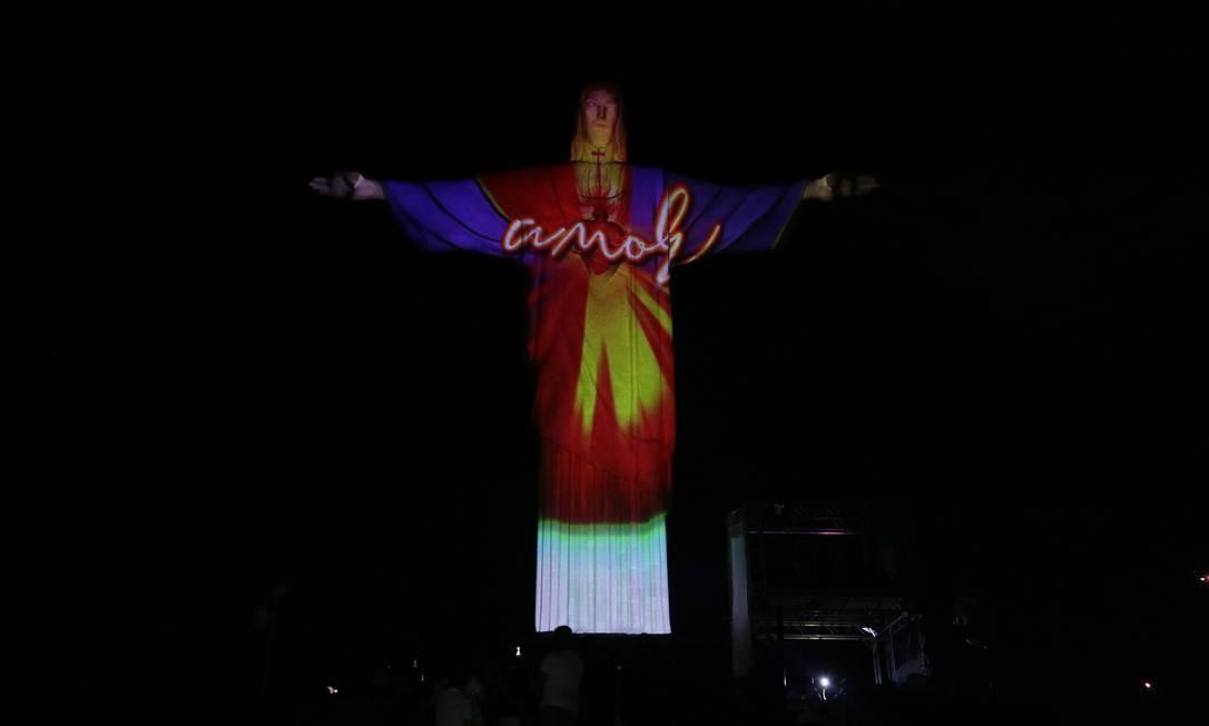 Estátua do Cristo Redentor tem projeção com a palavra amor Foto: Cléber Júnior / Agência O Globo