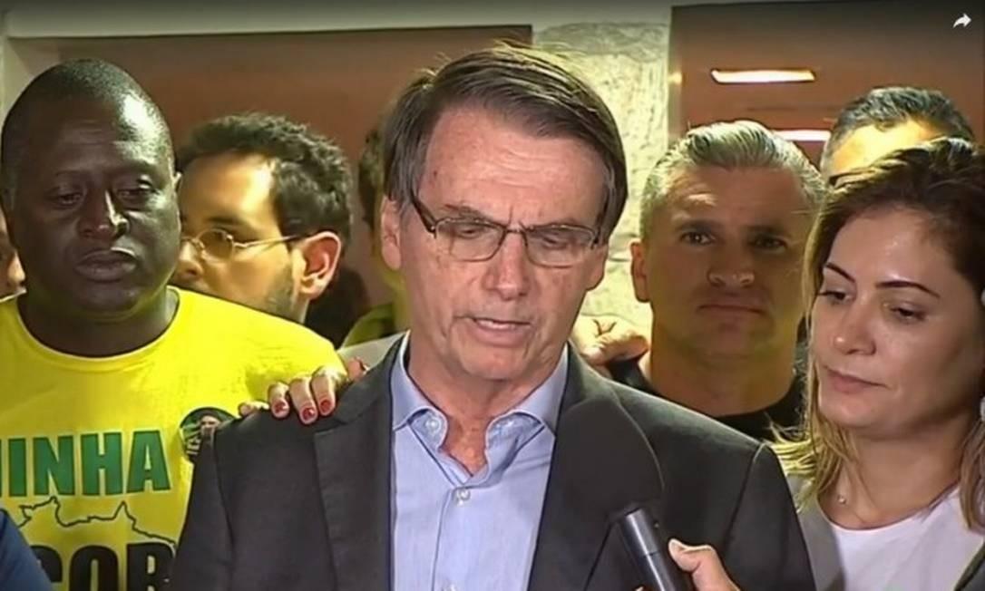 Após vencer Fernando Haddad (PT) na eleição presidencial com 55% dos votos, Bolsoaro fez um live no Facebook e logo após leu um discurso em frente a casa dele no Rio Foto: Picasa / Reprodução/TV