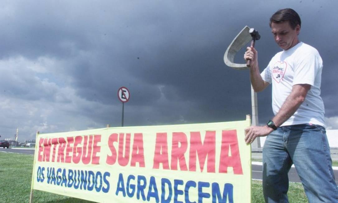 Bolsonaro sempre se posicionou a favor da flexibilização da posse de armas. Nesta foto, de 2004, protestou contra a destruição de armas recolhidas durante campanha de desarmamento Foto: Givaldo Barbosa / Reprodução