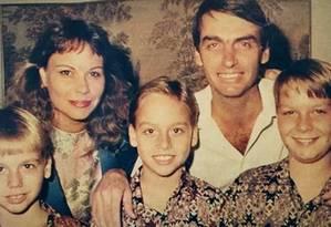 Antes de entrar na política, Jair Bolsonaro seguiu a carreira militar. Na foto, está com a ex-mulher, Rogéria, e os filhos, da esq para a dir, Eduardo, Carlos e Flavio Foto: Reprodução / Instagram