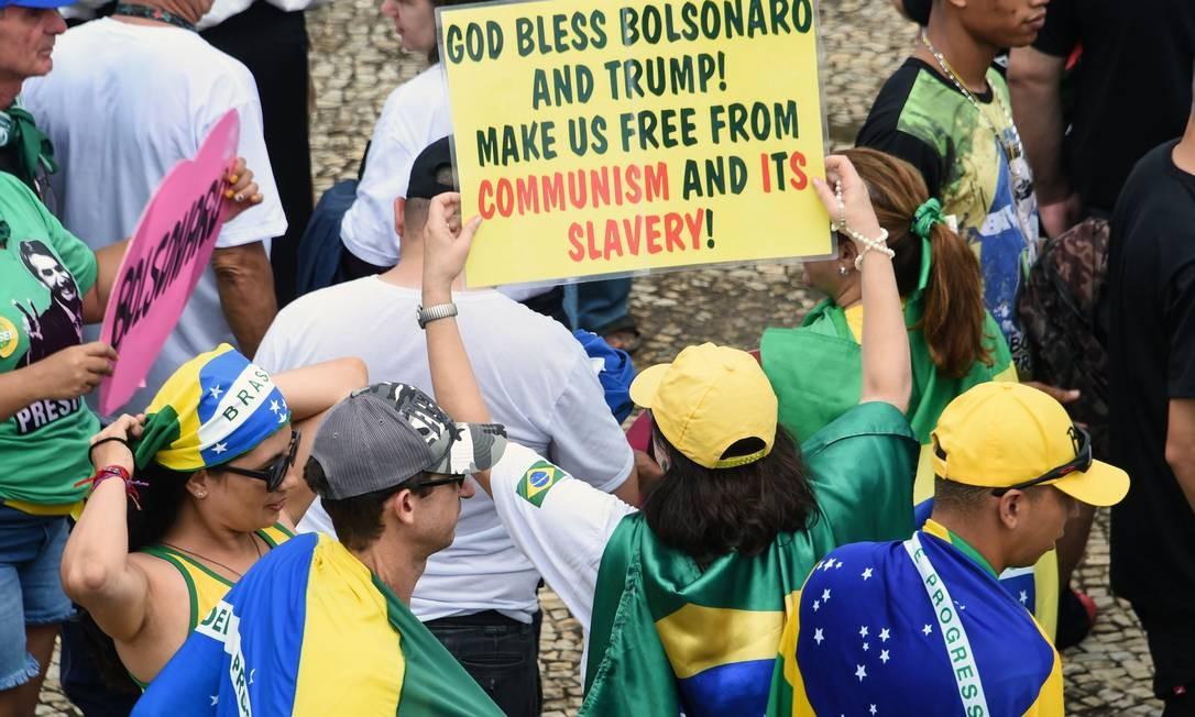 Apoiadora carrega cartaz nas ruas de Brasília na posse de Bolsonaro Foto: EVARISTO SA / AFP
