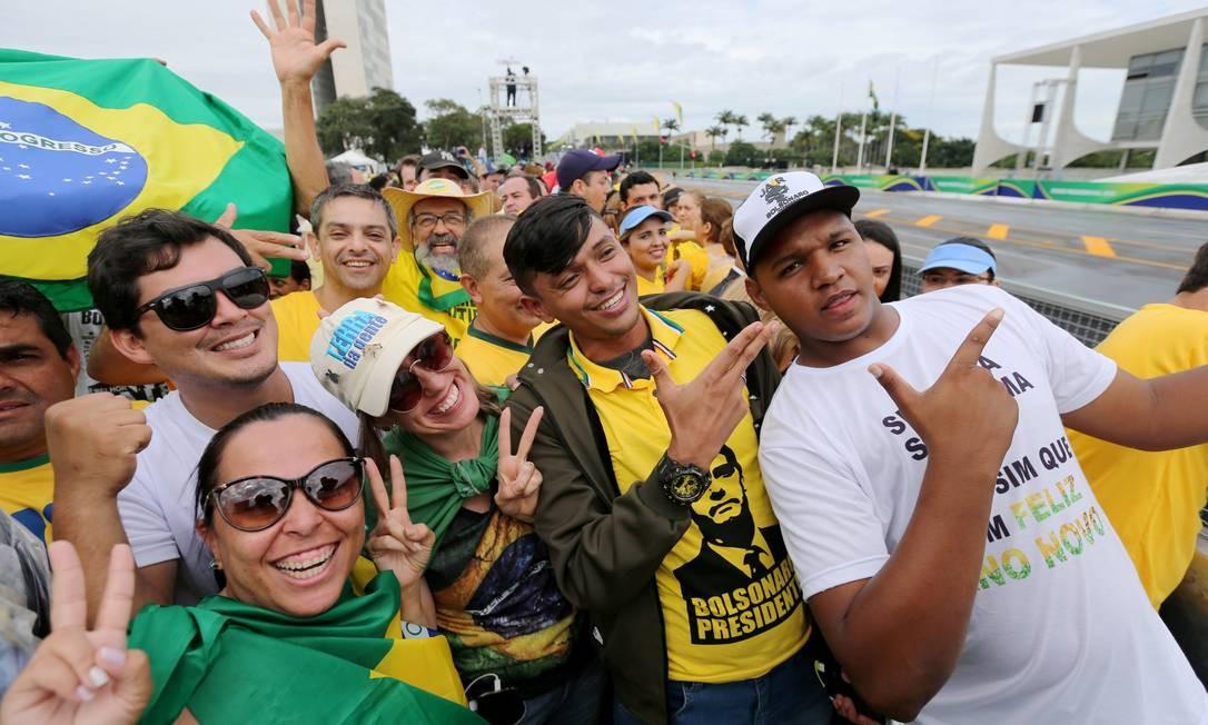 Em frente ao Palácio do Planalto, o público se aglomera para ver a posse do novo presidente Foto: SERGIO MORAES / REUTERS
