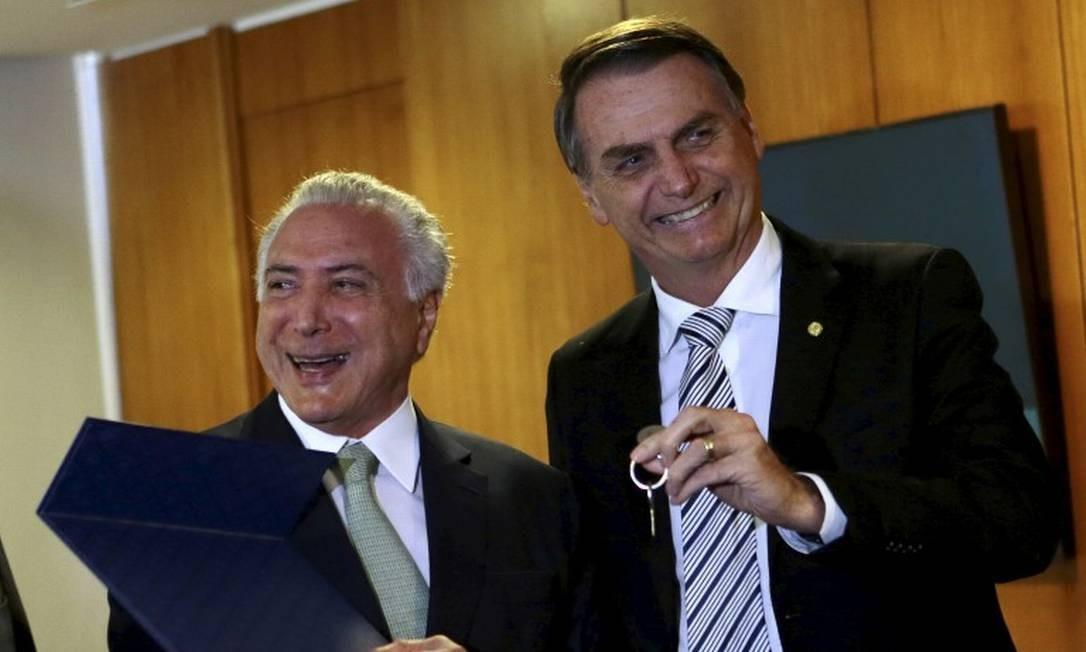 Bolsonaro recebe de Michel Temer a chave do gabinete onde a equipe de transição do novo governo trabalhou no do CCBB Foto: Jorge William / Agência O Globo