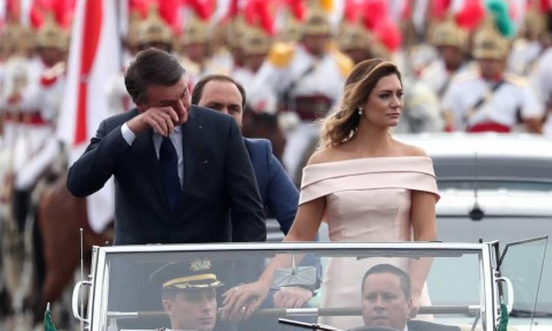 Emocionado, Bolsonaro chorou durante o desfile de carro aberto. O presidente eleito estava acompanhado da mulher, Michele e do filho, Carlos, vereador pelo Rio de Janeiro Foto: RICARDO MORAES / REUTERS