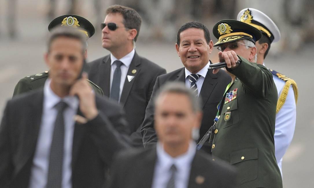O vice-presidente eleito do Brasil, Hamilton Mourão chega à Catedral de onde o comboio presidencial partirá para o Congresso Nacional em Brasília para a cerimônia de posse Foto: CARL DE SOUZA / AFP