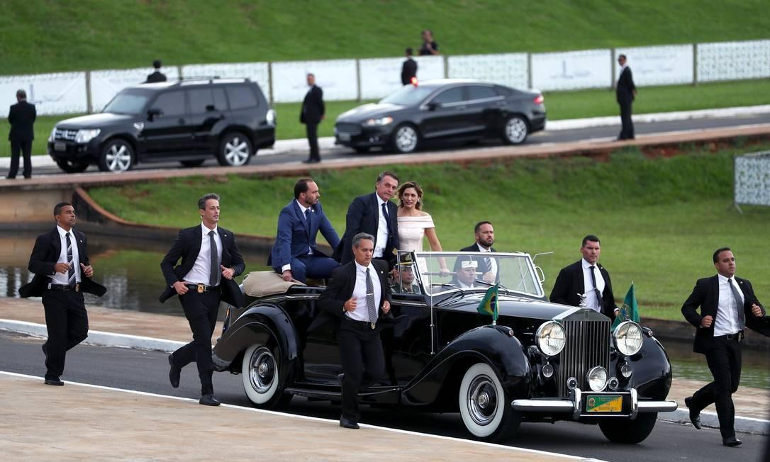 Desfile de carro aberto terminou no Congresso Nacional, onde Bolsonaro foi recebido pelos presidentes da Câmara e do Senado Foto: PILAR OLIVARES / REUTERS