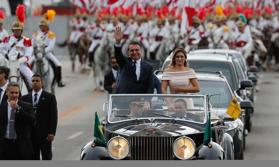 Presidente Jair Bolsonaro ao lado da mulher, Michelle, durante desfile de carro aberto Pablo Jacob / Agência O Globo