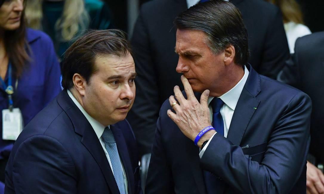 O presidente da Câmara, Rodrigo Maia, conversa com Jair Bolsonaro na cerimônia de posse Foto: Nelson Almeida / AFP