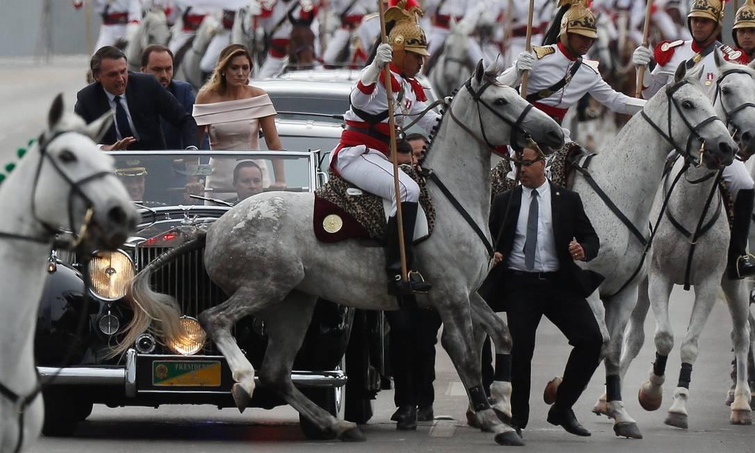 Cavalos dos Dragões da Independência dão um susto na comitiva durante o desfile em carro aberto na posse de Bolsonaro Foto: Pablo Jacob / Agência O Globo