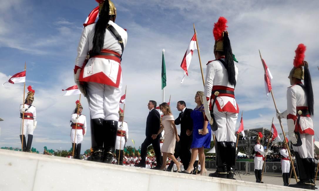 O presidente Jair Bolsonaro sobe a rampa do Palácio do Planalto ao lado da mulher, Michelle, do vice-presidente Hamilton Mourão e a mulher dele, Paula Foto: SERGIO MORAES / REUTERS