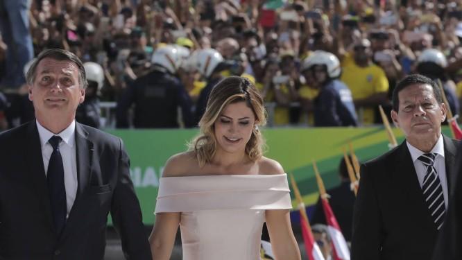Michelle Bolsonaro ao lado de Jair, seu esposo, e do vice-presidente Mourão, durante a posse da Presidência Foto: Evaristo Sá / AFP