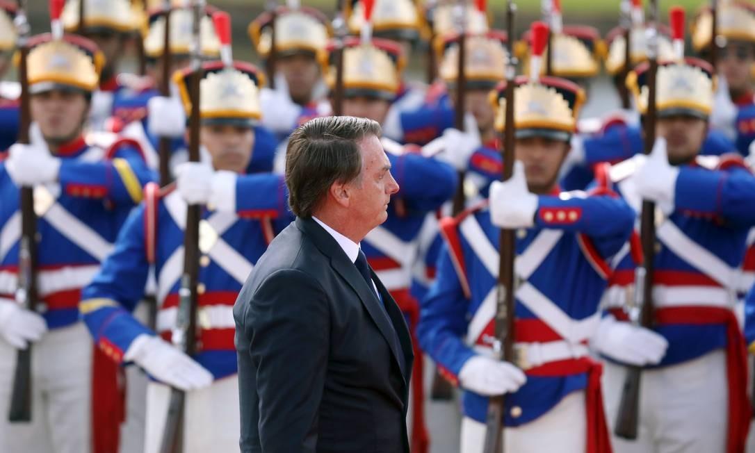O presidente Jair Bolsonaro durante o rito da revista das tropas Foto: PILAR OLIVARES / REUTERS