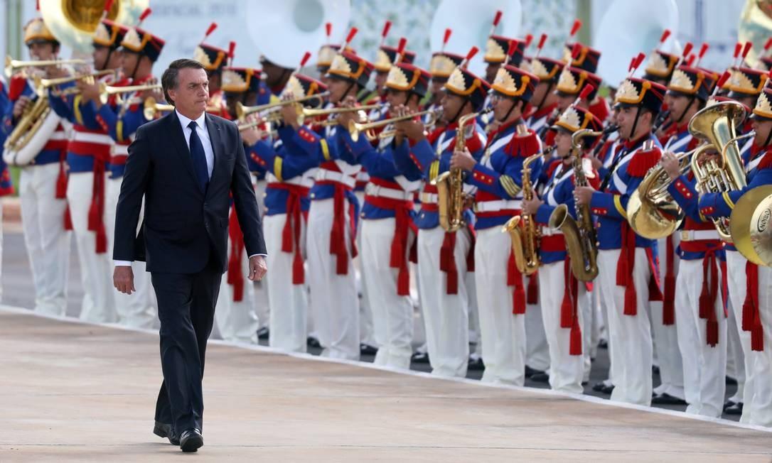 Jair Bolsonaro durante a revista das tropas Foto: PILAR OLIVARES / REUTERS