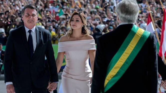 Michelle ficou ao lado de Bolsonaro em todos os momentos da cerimônia de posse Foto: SERGIO LIMA / AFP