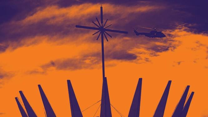 Helicóptero sobrevoa Catedral de Brasília Foto: CARL DE SOUZA / AFP