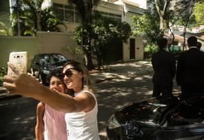 Moradores da vizinhança tiram selfies em frente a casa de Wilson Witzel no Grajaú Foto: Brenno Carvalho / Agência O Globo
