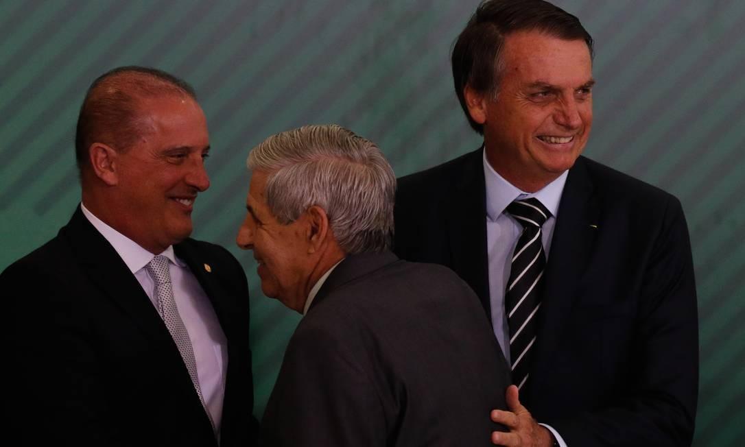 O ministro Onyx Lorenzoni (Casa Civil) cumprimenta o general Augusto Heleno (Gabinete de Segurança Institucional) ao lado do presidente Jair Bolsonaro Foto: Pablo Jacob / O Globo