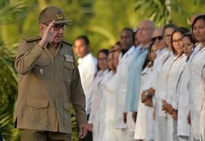 O ex-ditador Raúl Castro em comemoração de 60 anos da Revolução Cubana: ilha passa por dificuldades para crescer economicamente Foto: YAMIL LAGE / AFP