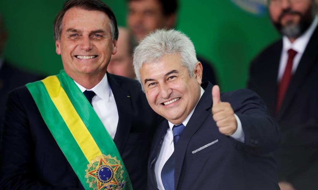 Na posse de Jair Bolsonaro como presidente, em 1º de janeiro, Marcos Pontes o cumprimenta e sorri para fotógrafos Foto: UESLEI MARCELINO / REUTERS